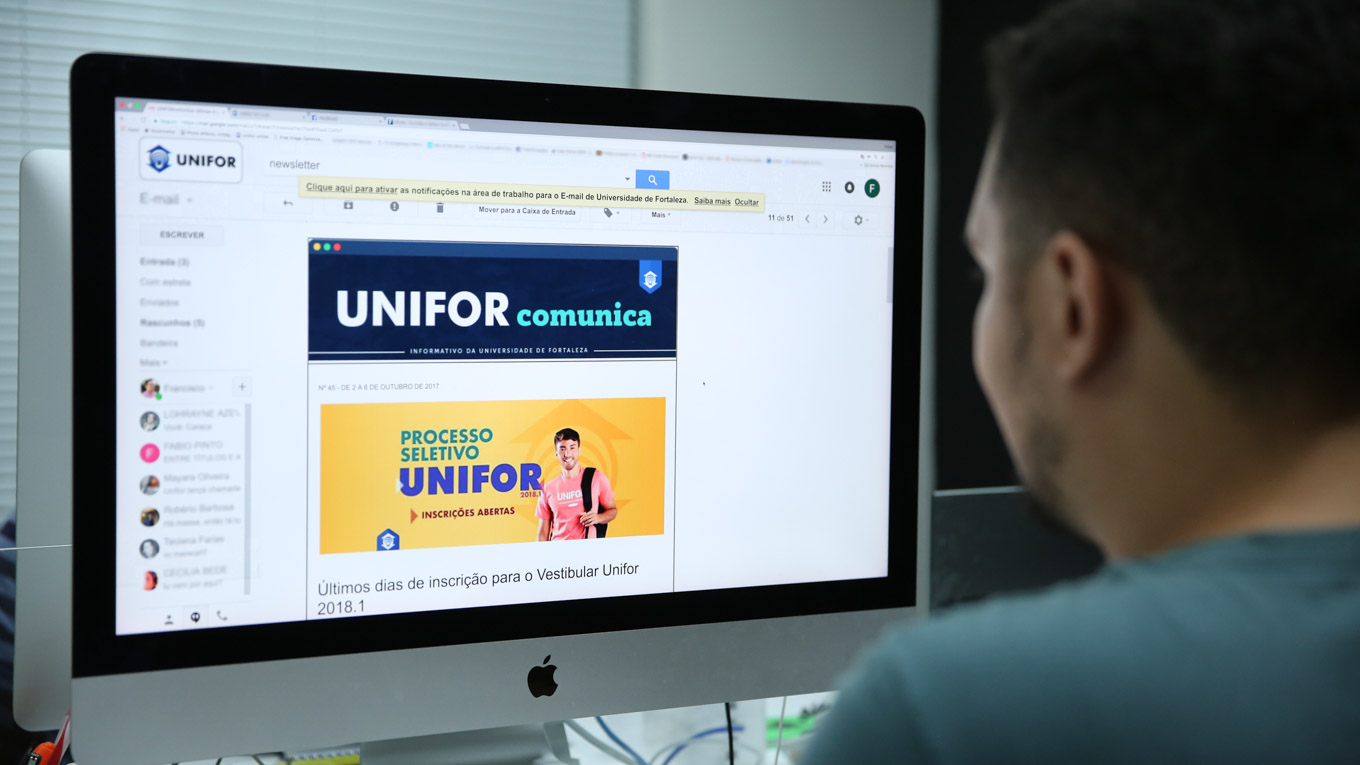 Homem visualiza a Newsletter UniforComunica no computador.